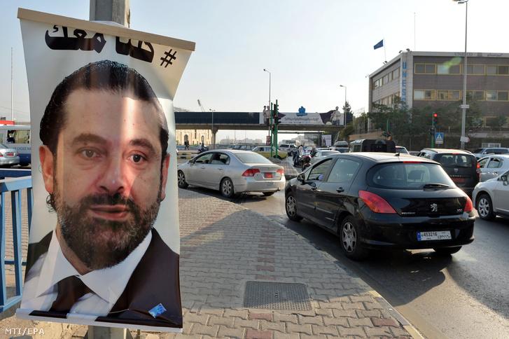 Mindnyájan veled vagyunk jelentésû arab felirat egy Szaad Haríri lemondott libanoni kormányfõt ábrázoló transzparensen Bejrútban 2017. november 14-én.