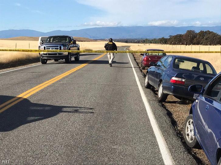Rendőrségi szalag zárja le a Rancho Tehamán átvezető országutat a kaliforniai Red Bluff város körzetében 2017. november 14-én miután halálos kimenetelű lövöldözés történt a közelben.