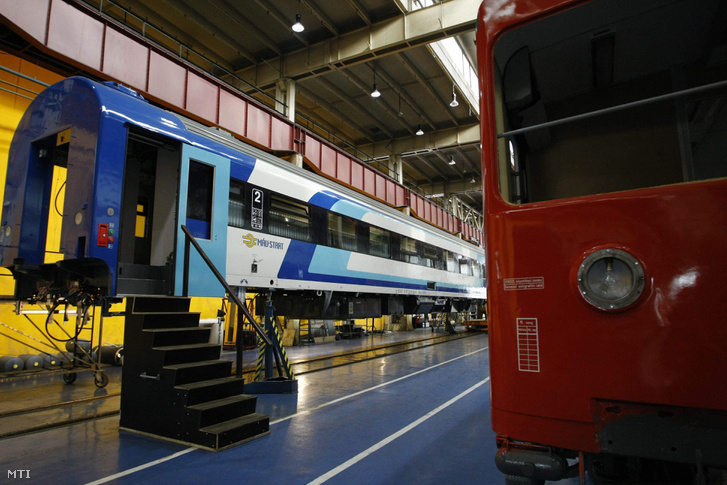 A MÁV önálló fejlesztéseként készülő egyik InterCity+ vasúti kocsi a MÁV-Gépészet Zrt. szolnoki vasúti járműjavító telephelyének szerelőcsarnokában 2013. május 9-én.