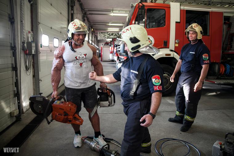 A tűzoltók teljes mértékben vevők voltak egy kis izomfitogtatásra és viccelődésre...