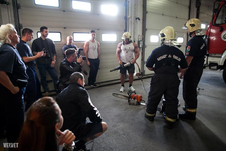 A tűzoltólaktanya tűzoltói lelkesen vettek részt első körben egy közös fotózáson