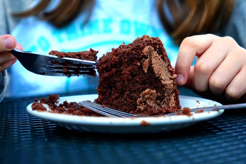 gyerek tortával