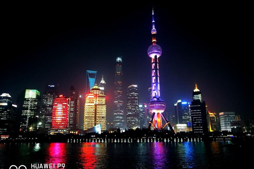 Csodaszép éjszakai fotó Sanghaj városáról, a HuangPu-folyó mentén.
