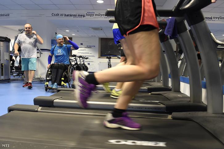 Vendégek a Suhanj! Alapítvány látás- és mozgássérültek számára akadálymentesített edzõtermében a Suhanj Fitnessben