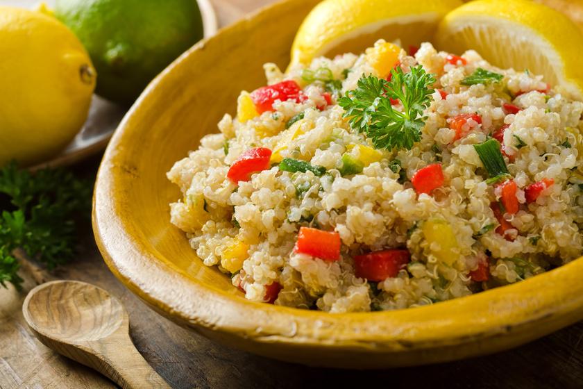 A quinoát gyakorlatilag egy az egyben használhatod a rizs helyettesítőjeként. A kissé mogyoróízű gabona 220 kalóriát, 5,2 gramm rostot tartalmaz, míg GI-je 53.