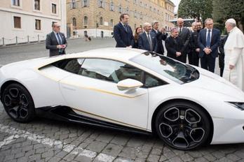 Ferenc pápa kapott egy Lamborghinit, de nem tartja meg