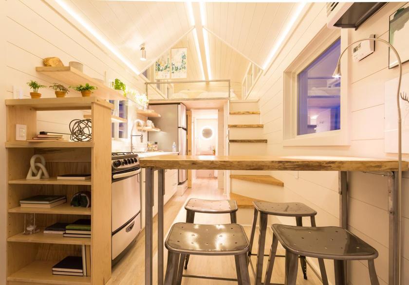 A konyhával egybekötött nappali az elrendezésnek köszönhetően meglehetősen tágas és világos.