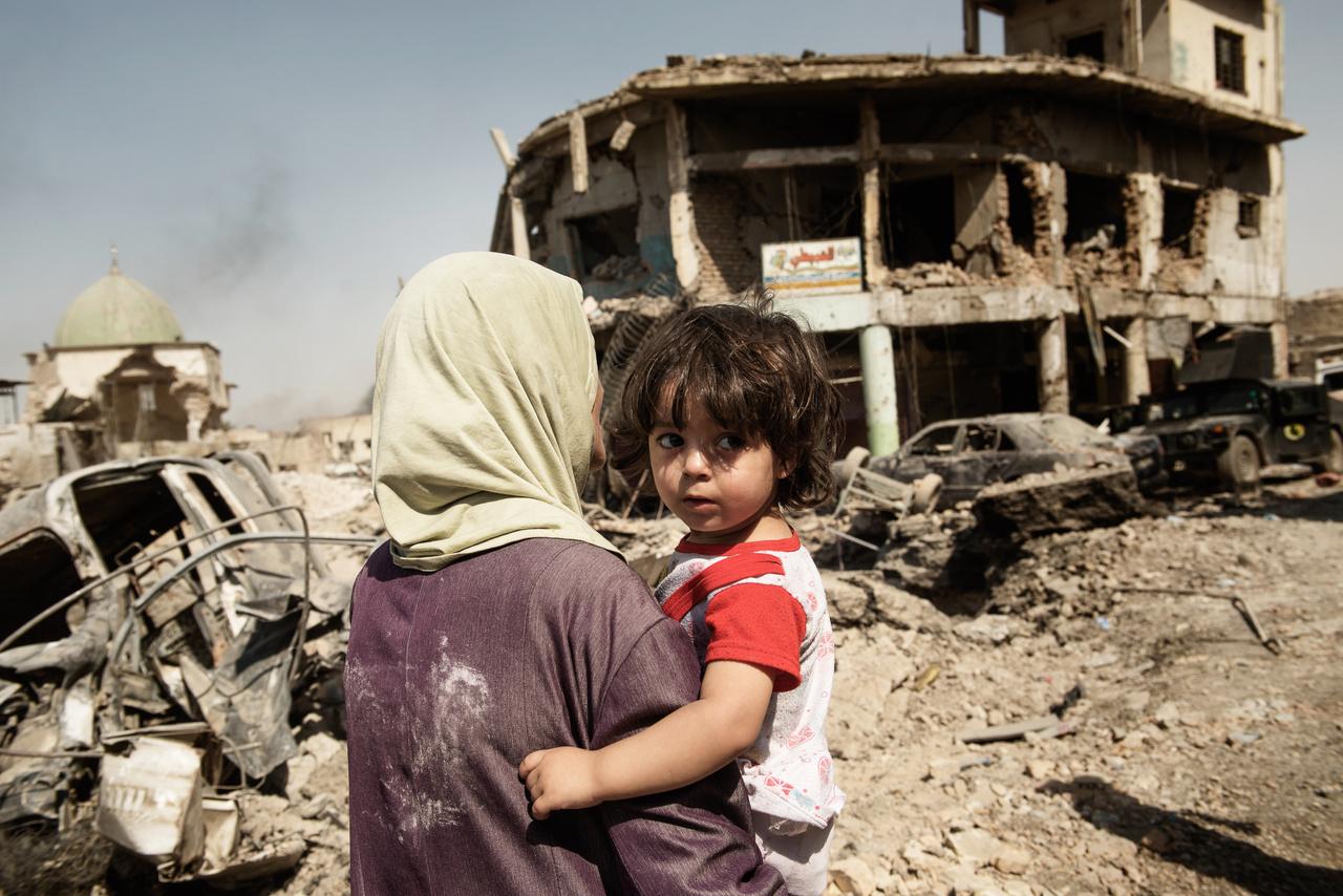 Moszulban az Iszlám Állam az utolsó emberéig harcolt. Az ISIS átnevelő központokká alakította még az általános iskolákat is, a lakók pedig inkább csak zárt ajtók mögött meséltek tudósítónknak a nyilvános kivégzésekről, európai fegyveresekről és az őrült törvényekről. A túlélőknek pedig az újjáépítés mellett az elmúlt évek harcai okozta traumákkal is szembe kell nézniük, ami különösen a gyerekeknek lesz nehéz.