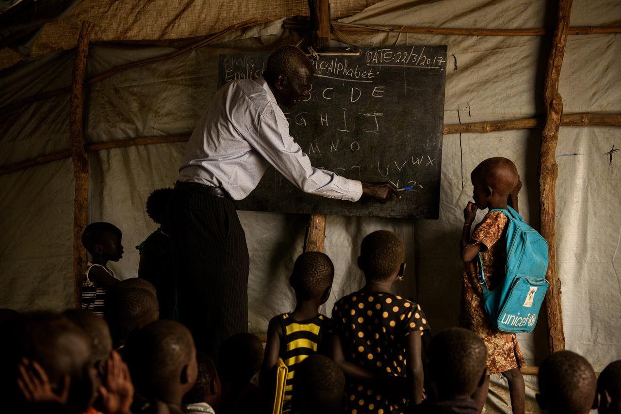 Tanítás Dél-Szudánban. 2017 tavaszán a véres polgárháborúba süllyedt Dél-Szudánban volt arányaiban a legtöbb olyan gyerek, aki nem jutott hozzá iskolai oktatáshoz. A gyerekek közel 72 százaléka nem jár általános iskolába.
