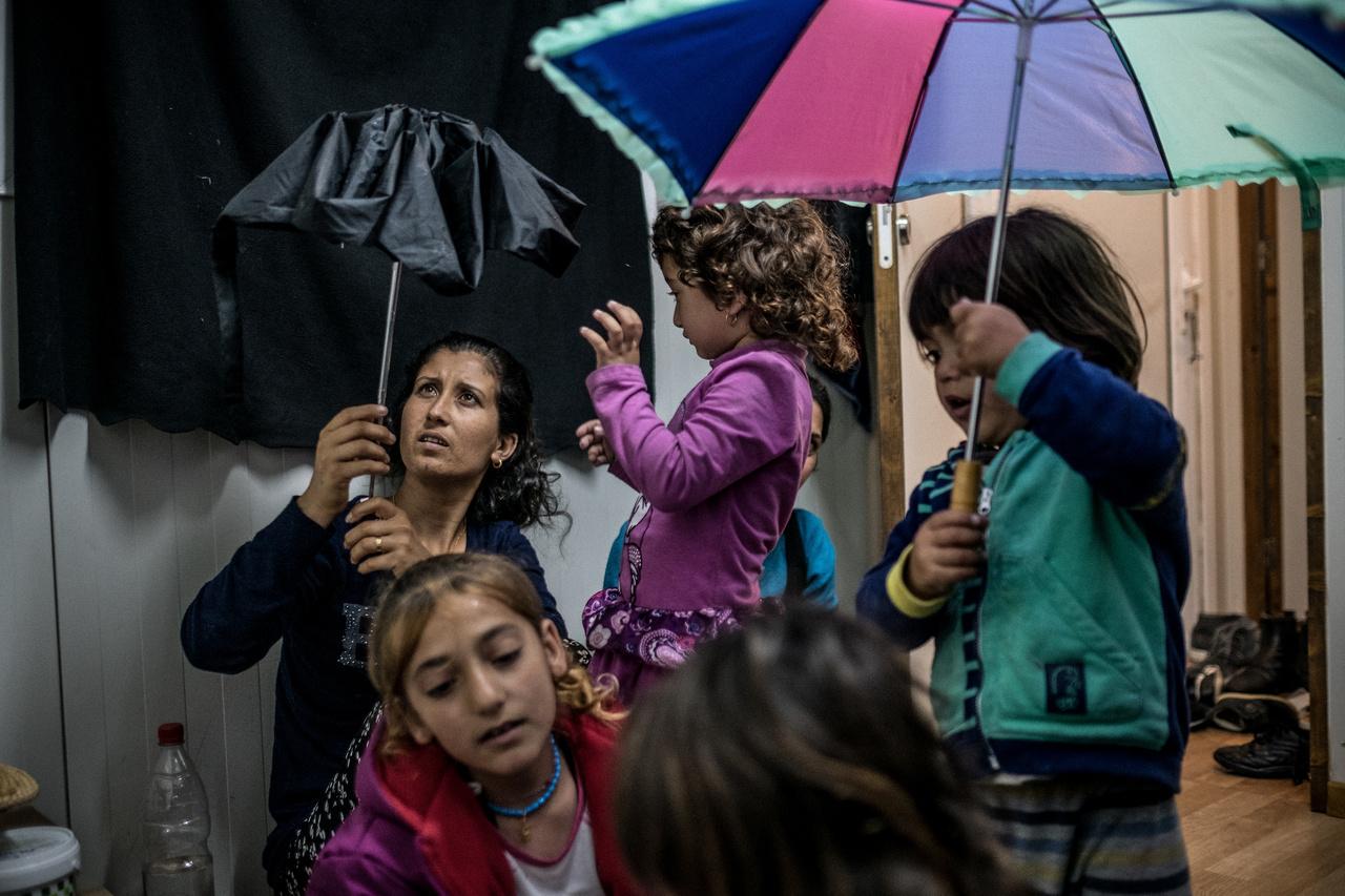 Irakból menekült jazidi családok egy görög menekülttáborban 2017 márciusában. A férfiak előrementek Németországba, a családegyesítés viszont azóta sem történhetett meg. Több mint 60 ezer menekült rekedt Görögországban, és nem tudott továbbmenni nyugatra. A menekültválságot közelről ezekben a riportjainkban mutattuk be.