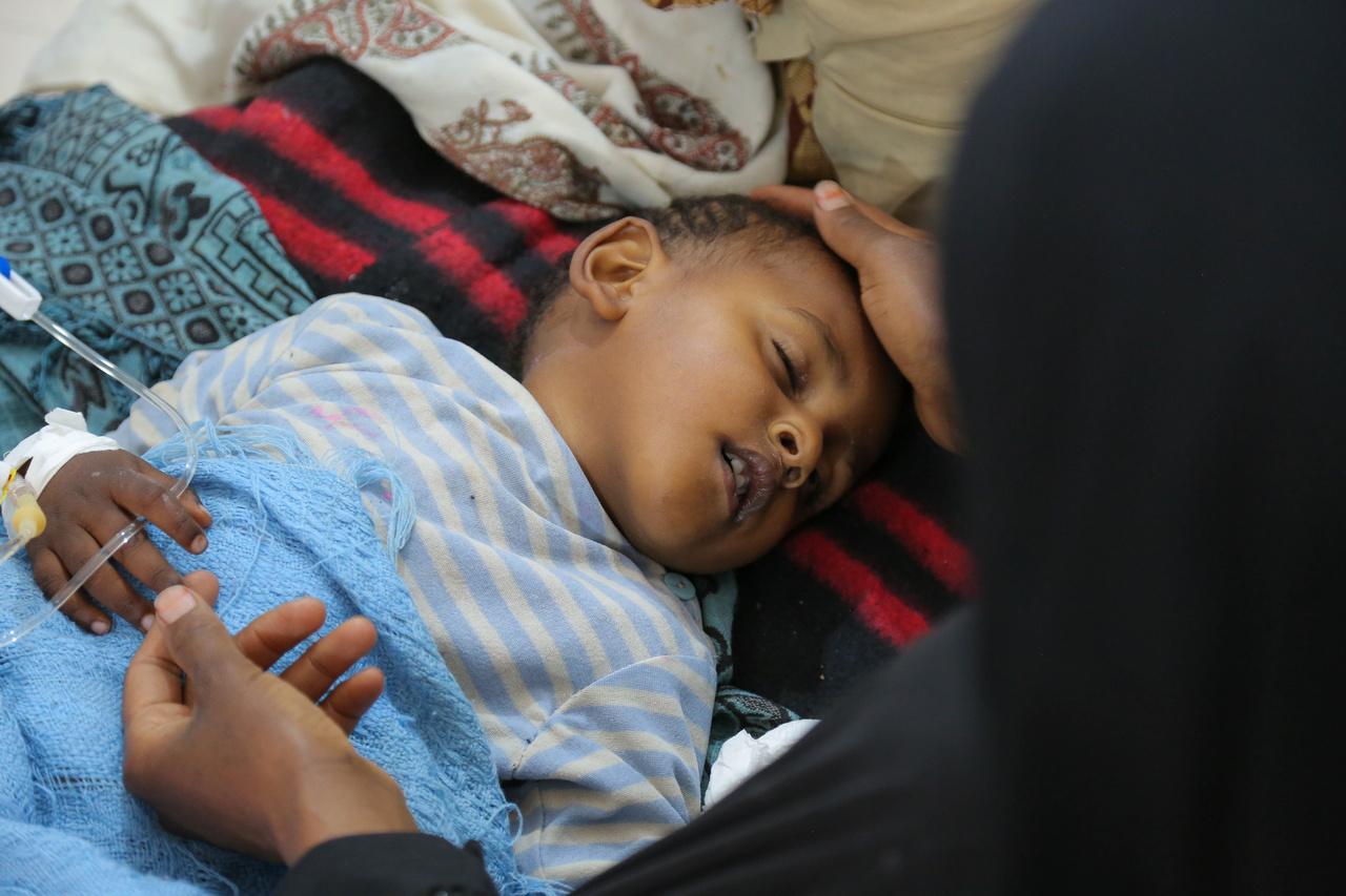 Egy jemeni kórházban ápolnak egy kisgyereket súlyos hasmenéssel, a kolerára jellemző tünetekkel. Több mint kétezren meghaltak, és további 800 ezren megbetegedtek 2017-ben Jemenben a világ legsúlyosabb kolerajárványában, és a helyzet igazán csak akkor tudna javulni, ha véget érnének a harcok, amikben már összesen több mint 10 ezren vesztették életüket az elmúlt évek alatt. Erre azonban nem sok esély van, miközben a kórházak fele romokban, az egészségügyi dolgozókat pedig egy éve nem fizetik ki.