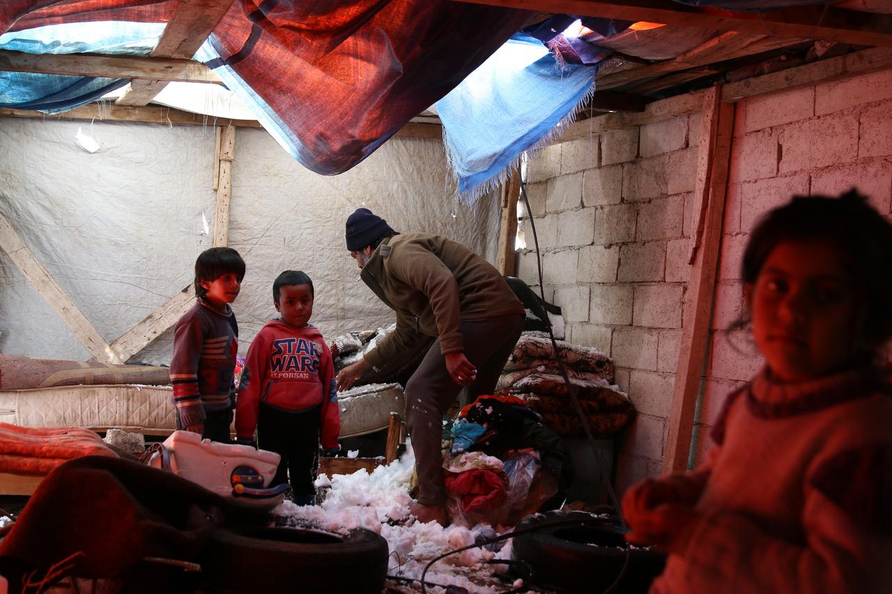 Szíriában próbálja eltakarítani a beomlott tetőről beesett havat egy férfi egy menekülttáborban. Az egész menedéknek csak az egyik fala tégla, a többi műanyag lapokból és különböző törmelékből van összerakva, ezek viszont nem bírják el a hó súlyát. A hat éve tartó polgárháború harcai mellett a tél is mindig nagyon kemény kihívást jelent az otthonukat elvesztőknek.