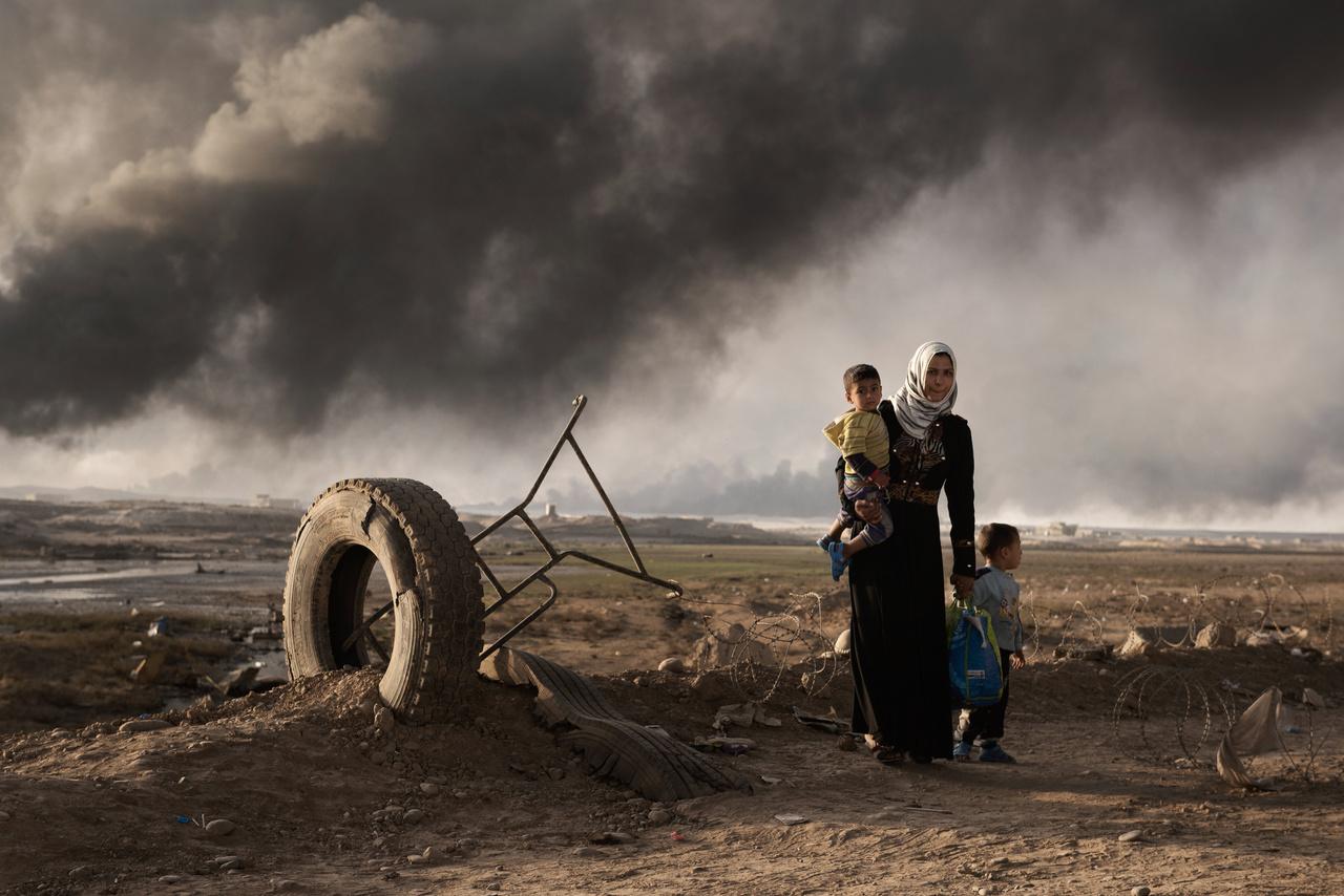 Moszul ostromának megindulása után sokan menekültek el otthonaikból a harcok elől 2016 végén. 2016. októberében még úgy tervezték, hogy néhány hónapig fog tartani az Iszlám Állam legnagyobb iraki erősségének, az ország második legnagyobb városának a visszafoglalása. A harcok végül egészen 2017 közepéig húzódtak, és még a város hivatalos visszafoglalása sem jelentette a teljes békét.