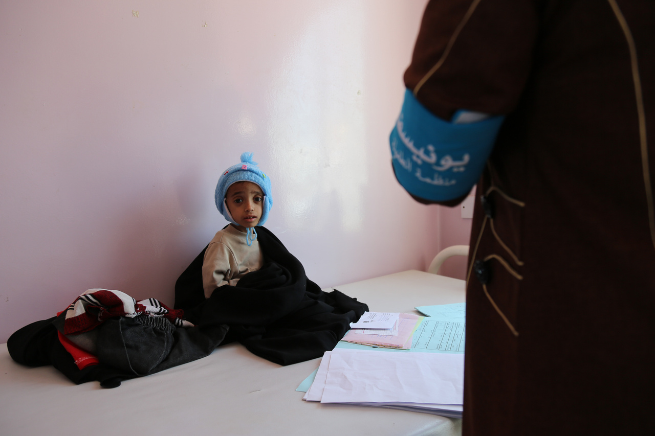 Az egyik szanaai kórházban 2016 októberében. Az ENSZ szerint a 28 millió lakosú országban 20,7 millió ember segélyre szorul, és 60 százalék nem tudja, mikor, és mit fog enni legközelebb. 7 millió embert közvetlen éhínség fenyeget. Sok jemeni család barlangokba, összetákolt sátrakból álló táborokba kényszerült az elmúlt években az országban dúló harcok elől.