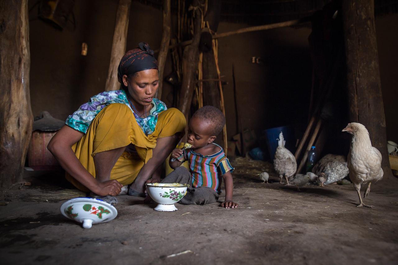 Több nemzetközi program keretében is juttattak élelmet Etiópiában az alultáplált gyerekeknek.