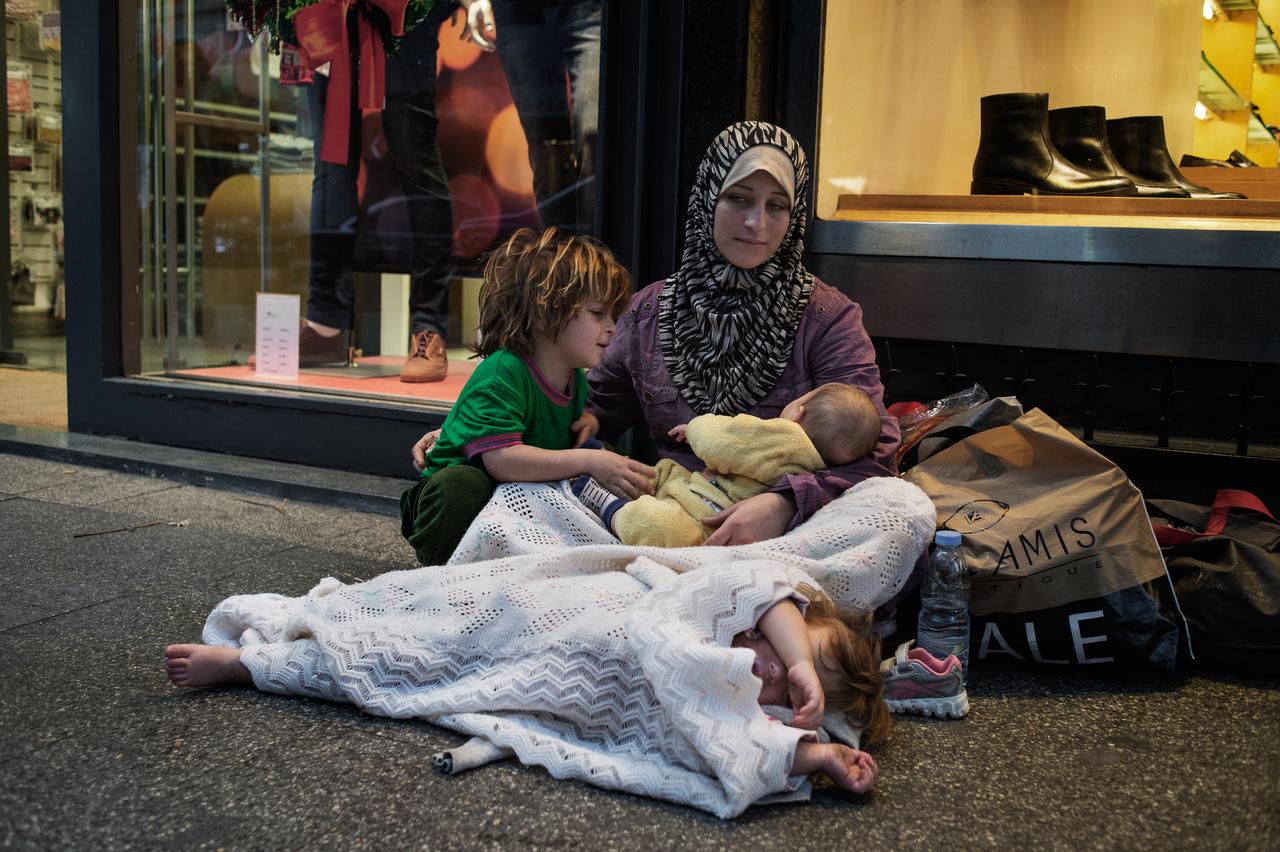 A 19 éves Fatima 2013 elején menekült Libanonba, állítása szerint egy szíriai katona felesége volt, a házuk megsemmisült a harcokban. Hat év alatt a szíriai polgárháborúban legalább 330 ezren haltak meg és milliók váltak menekültté. Ugyan az Iszlám Államot legyőzték Rakkában és Deir ez-Zórban, több százezer civil menekült el, 13 millió embernek van szüksége segélyre, miközben már megkezdődött az újabb harc, ezúttal Szíria felosztásáért.