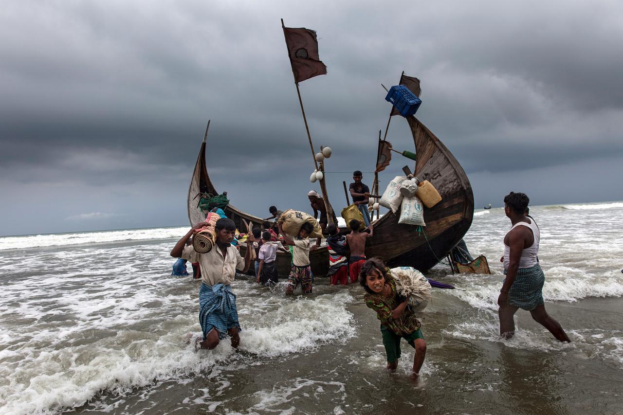 Rohingja menekültek érkeznek csónakkal Mianmarból Banglades partjaihoz. Mianmarban augusztus 25-e óta félmillió rohingja menekült el a hivatalosan terroristák ellen harcoló, de valójában etnikai tisztogatásba kezdő hadsereg elől a szomszédos Bangladesbe. Az érkezők négyötöde nő és gyerek, több mint 70 ezren sürgős humanitárius segítségre szorulnak. Gyerekek tízezrei szüleik nélkül, élelmiszersegélyeken tengődnek a táborokban, borzasztó körülmények között.