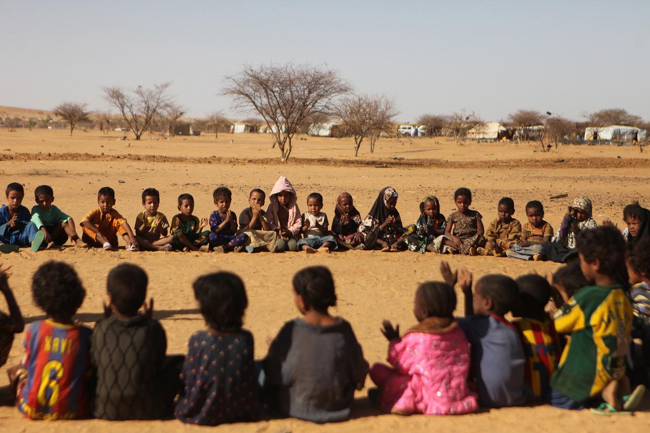 Óvodáskorú gyerekek játszanak a homokban Nigerben. Maliból több százezren menekültek át Algériába, Burkina Fasóba, Guineába, Mauritániába, Nigerbe és Togóba. 2013 elején a franciák légicsapásokat hajtottak végre, majd pedig sikerült elfoglalniuk az iszlamisták által megszállt északi városokat, azonban úgy tűnt, hogy Mali végleges stabilizációja még hosszú ideig eltarthat.