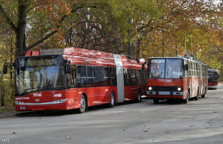 Egy Ikarus 280T halad el egy új Solaris-Skoda trolibusz mellett a Hõsök terén