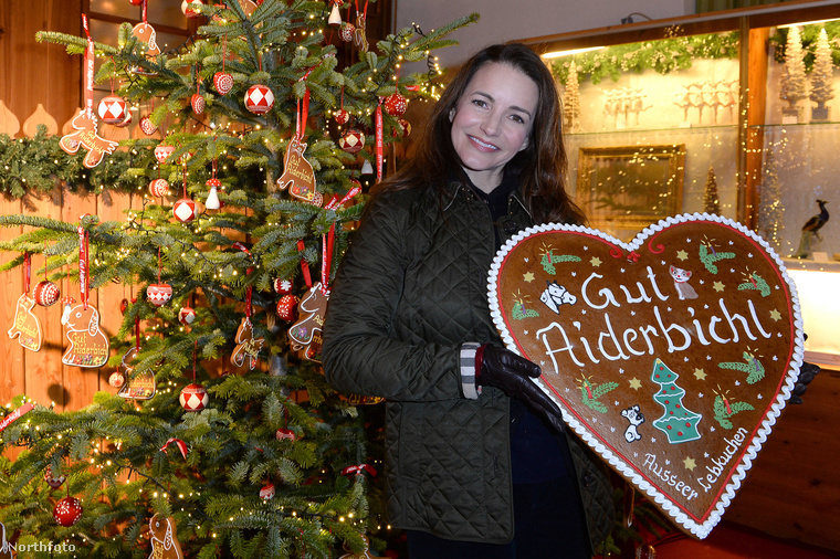 Kedves nézőink, bár még csak november közepe van és az advent csak két és fél hét múlva kezdődik, Henndorf am Wallerseeben már megnyílt a karácsonyi vásár! Ez a 4777 fős falu Salzburgtól nem messze fekszik Ausztriában, és önmagában a vásáruk nem lenne nagy szenzáció, ha nem lett volna ott meglepően sok híresség