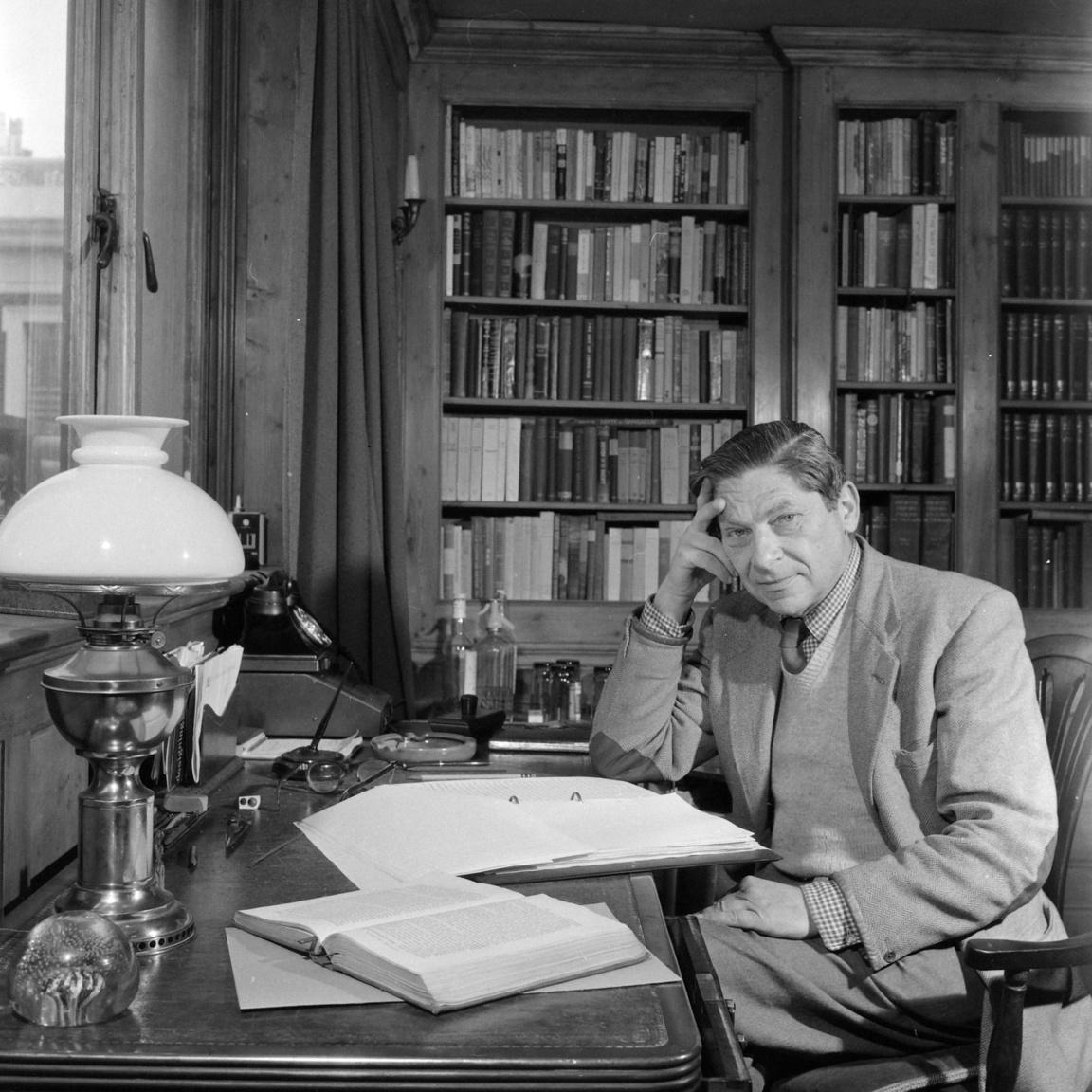 A második világháború előtt Koestler tudósítóként megjárta a Közel-Keletet, Párizst, Berlint, a Szovjetuniót, a spanyol polgárháborút, végül 1938-ban Nagy-Britanniában telepedett le. Magyarul keveset írt, de annál jobban beszélt és olvasott, barátságban volt az Ignotus és a Mikes házaspárral.