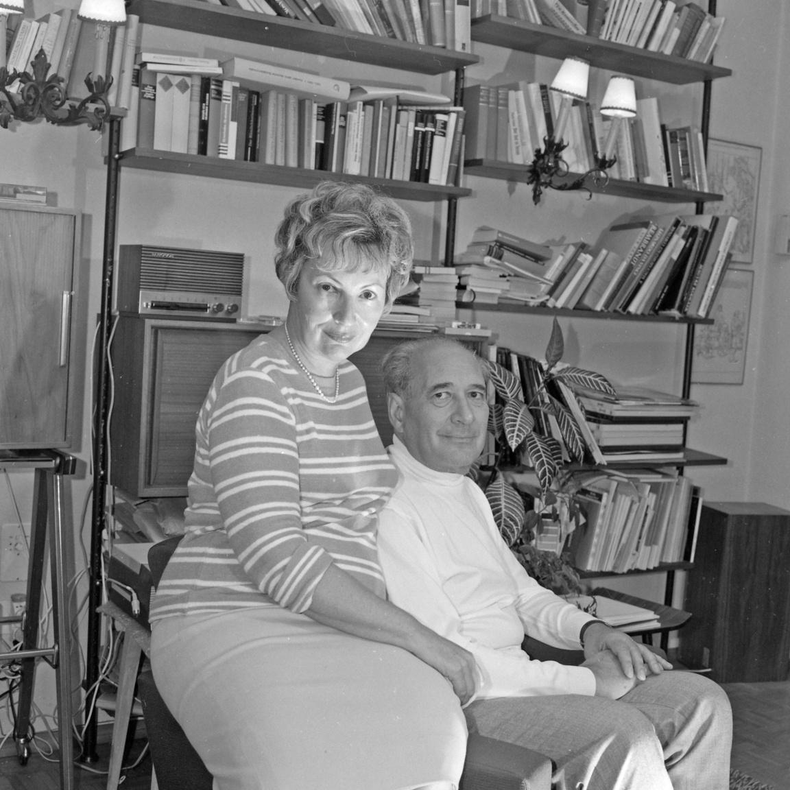 """Háy Gyula (1900-1975) és harmadik felesége, Majoros Éva. A ma már teljesen feledésbe merült író Julius Hay néven egykor Max Reinhardt és Bertold Brecht körében mozgott, és a német nyelvű színpadok sikerszerzője volt. Svájcban Arthur Koestlerrel barátkozott, aki így írt róla: """"keresztülvonult Európán egy bőrönddel, tele be nem mutatott színdarabokkal, amelyek vagyonát és jövőjét jelentették"""". Tíz Szovjetunióban eltöltött év után 1945-ben tért vissza Budapestre, és belevetette magát a kommunista kultúrharc legmélyebb bugyraiba: színpadon, filmgyárban, lapok és könyvek hasábjain megvallott hite 1951-ben Kossuth-díjat ért."""