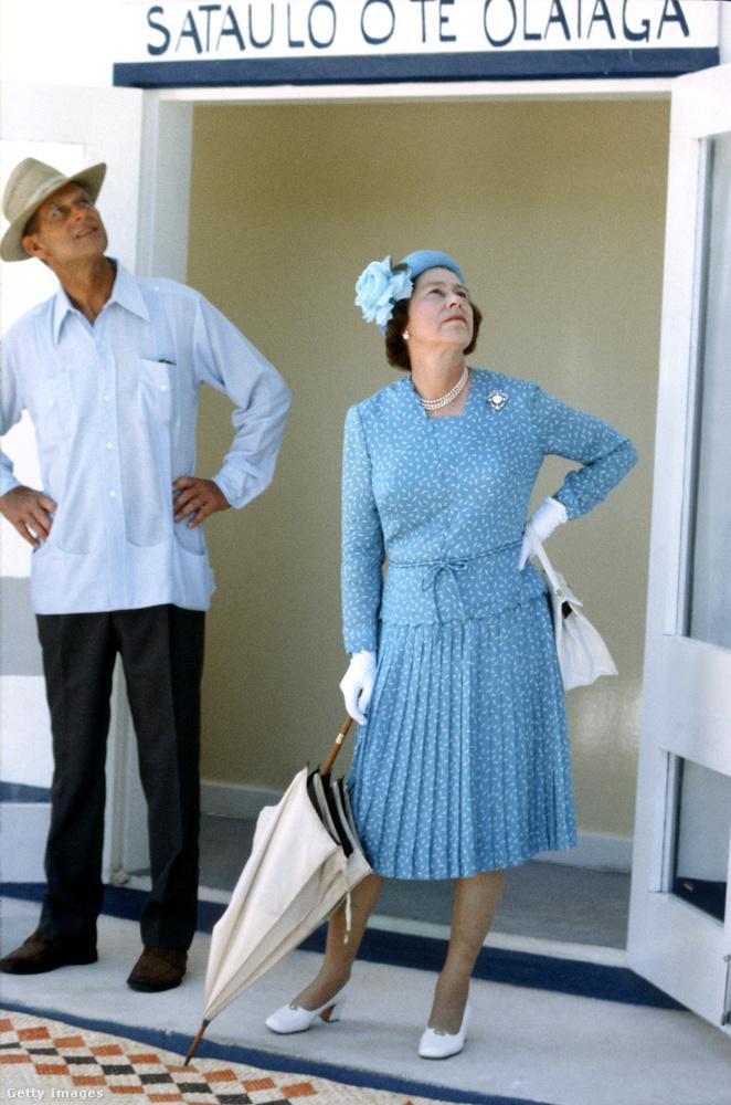 A nyolcvanas évekre sokat lazult: 1982 októberében Tuvalun jártak férjével, Fülöp herceggel, és valamit nagyon megcsodáltak az égen.