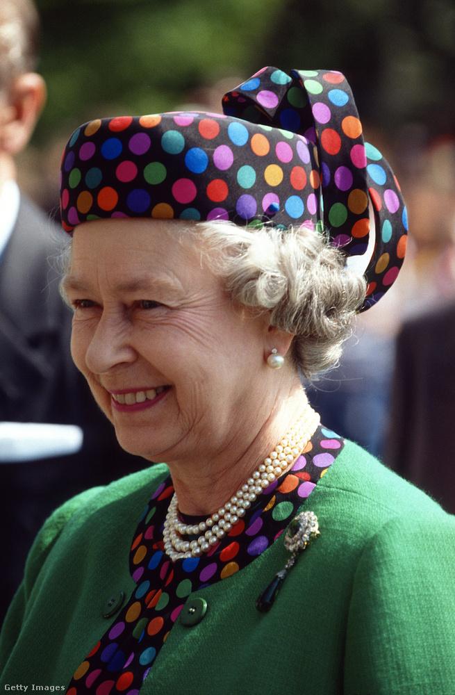 Végül pedig muszáj megmutatnunk ezt az 1993 májusában viselt, pettyes kalapját, amelyet magyarországi látogatására öltött fel.