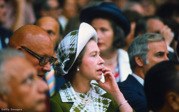 1976: lósportnak járó aggodalommal figyel egy sporteseményt Montréalban.