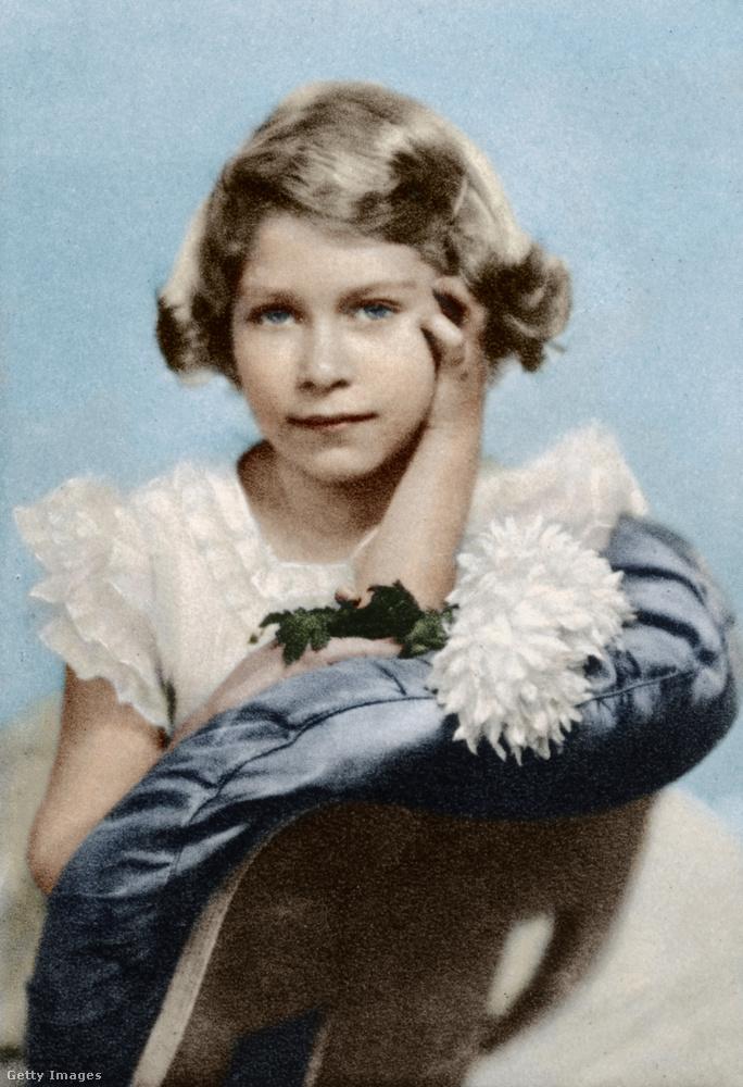 Kénytelenek vagyunk egy enyhe udvariatlansággal kezdeni: korából fakadóan a királynőről viszonylag kevés színes felvétel akad kislánykorából - ez is csak egy utószínezett változat