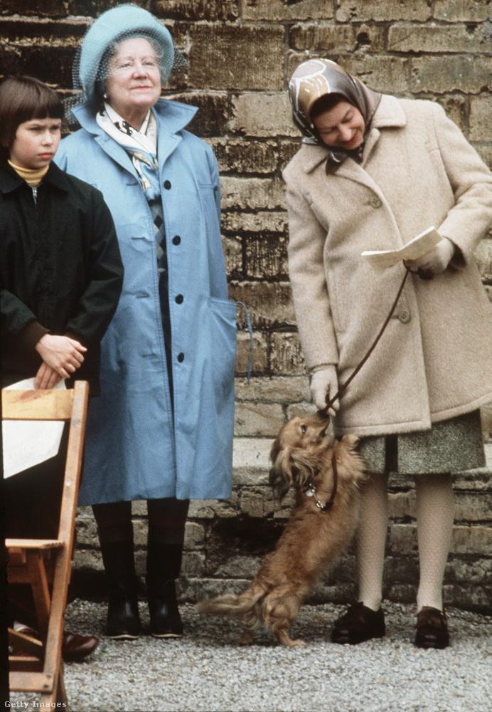 Ez a jelenet (bal szélen a királynő édesanyjával) nem feltétlenül felel meg a róla kialakult, méltóságteljes képpel.