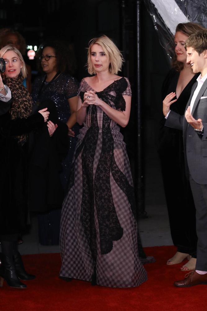A színésznőnek viszont így is sikerült egy ennyire sokat mutató ruhában elegánsnak hatnia és nem közönségesnek, úgyhogy akármit is viselt vagy nem viselt, összességében nagyon jól választott.