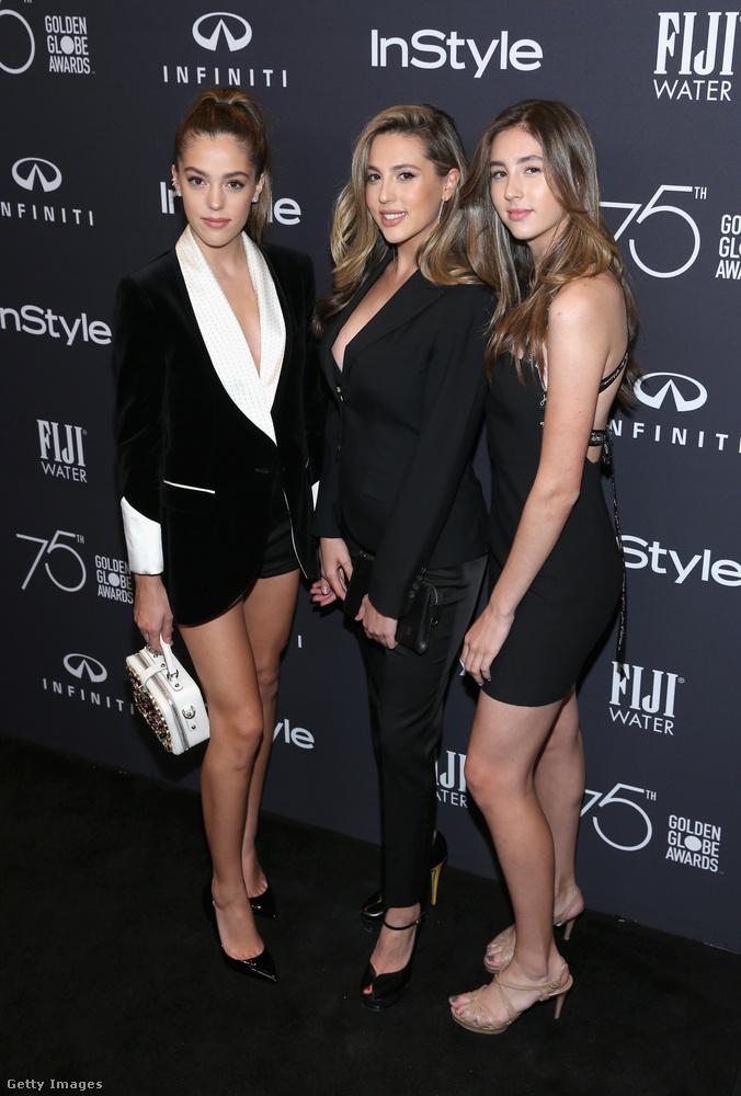 Sylvester Stallonénak összesen 5 gyereke van, szóval a három lánynak van még két féltestvére, de ők azért szeretnek így hármasban turnézni