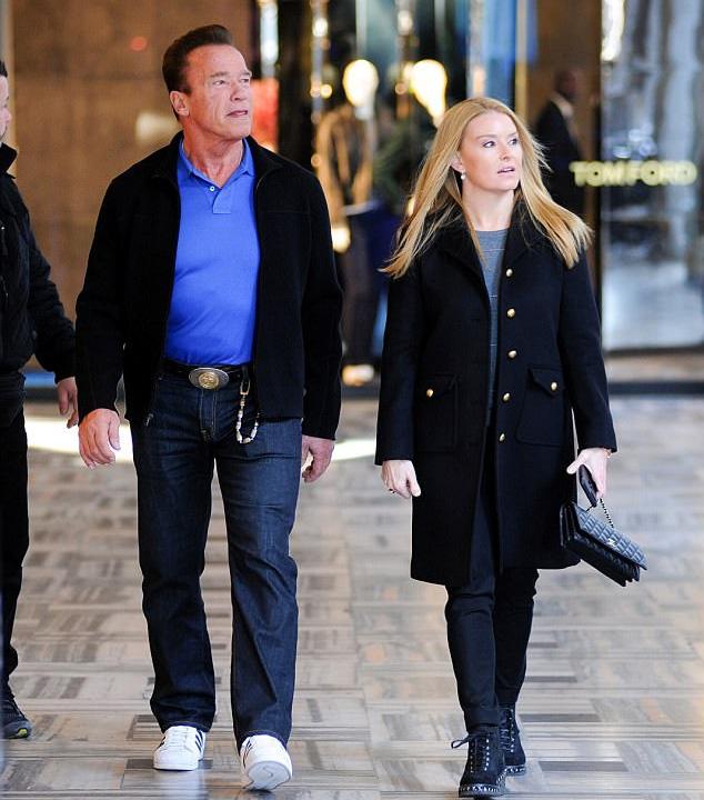 A hetvenéves Arnold Schwarzeneggernek a lánya is lehetne új kedvese, de őt ez egyáltalán nem zavarja - imádja a csinos Heathert.