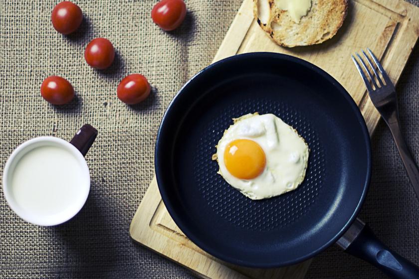 Egy-két tojás kevés olajjal vagy nélküle készítve, illetve pár koktélparadicsom összesen 150 kalória, de sok proteint és vitamint tartalmaz egészen kevés szénhidrát mellett.