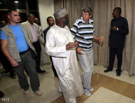 Papp István, az emberrablók fogságából kiszabadult magyar túsz (j) Ibrahim GambariI-val, az ENSZ dárfúri missziójának nigériai vezetőjével
