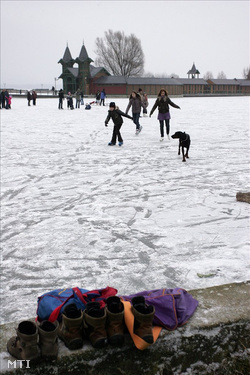 Korcsolyázók a Balaton jegén a keszthelyi városi strandon