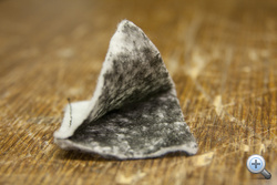 Itt látszik a milliónyi apró szénszál. Nem kell attól tartani, hogy megszakad, mint egy fűtőszál, szabadon alakítható, vágható, hajlítható