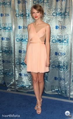 Taylor Swift keresztbetett lábbal