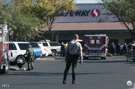 Tucson, 2011. január 8. A helyszínnél rendőrök dolgoznak és tűzoltóautó áll az arizonai Tucsonban 2011. január 8-án, miután Gabrielle Giffords amerikai demokrata párti képviselőnőt főbe lőtte egy ámokfutó, az egyik munkatársát pedig megölte. A politikust válságos állapotban kórházba szállították. Giffords a választóival találkozott, amikor a támadó tüzet nyitott egy bevásárlóközpont előtt. (MTI/EPA/Gary M. Williams)