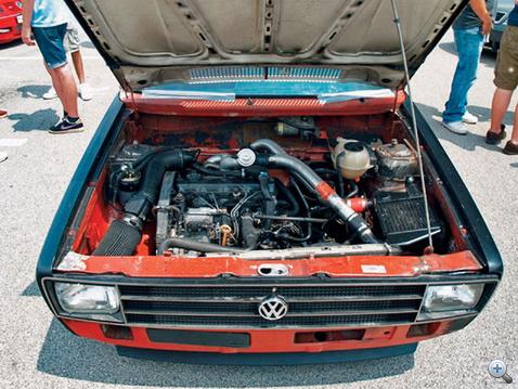 Házibarkács motortér egy brazil VW Caddy-nél.                             A levegőszűrő legalább nem meleget szív.