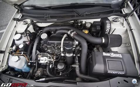 Egy szebb motortér, de az intercooler nem örül a sportszűrő által beszívott meleg levegőnek. Jobb, ha kintről, hideget szív.