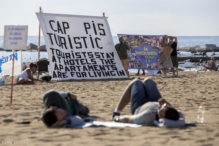 A lakások turisztikai célú felhasználása ellen tüntetnek a helyi lakók Barcelona egyik turisták által felkapott városrészében, La Barcelonetaban.