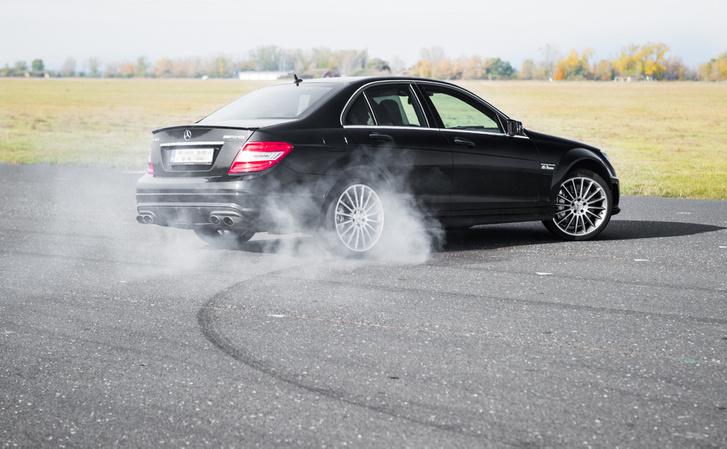 A fordulóköre ugyanakkora, mint a kortárs M3-as BMW-nek: 11 méter