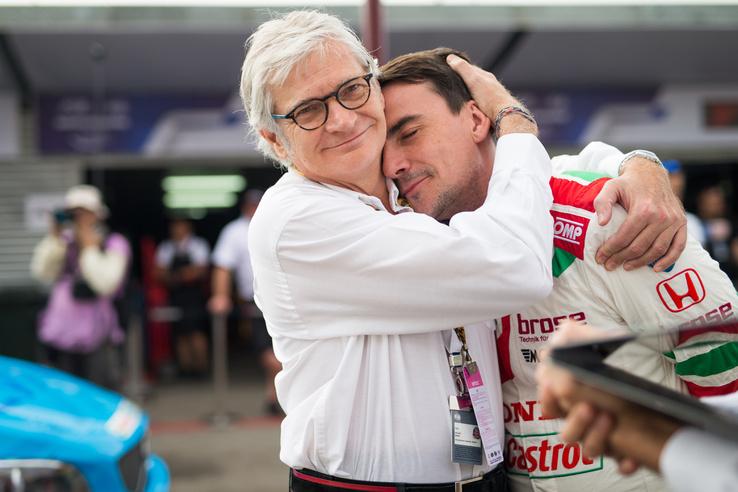 Járt az ölelés Michelisznek a csapatfőnök Alessandro Marianitól.