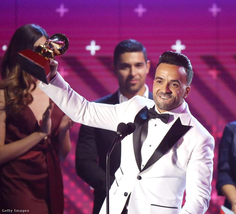 Luis Fonsi fent a borítóképen a feleségével látható, itt a győzelem pillanatában.