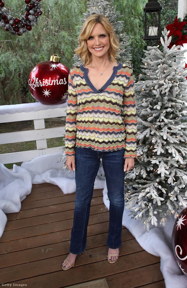 Ez a Hallmark nevű cég helyszíne egyébként a Universal Studiosban, Hollywoodban, ezen a képen Courtney Thorne-Smith pózol a túlméretes karácsonyi dekorációval.