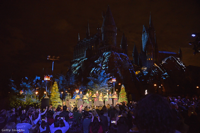 A Universal város méretű stúdióinak egy másik részére is beköszöntött a karácsony november 16-án: ez a Wizarding World of Harry Potter, azaz a herripotteres vidámpark.