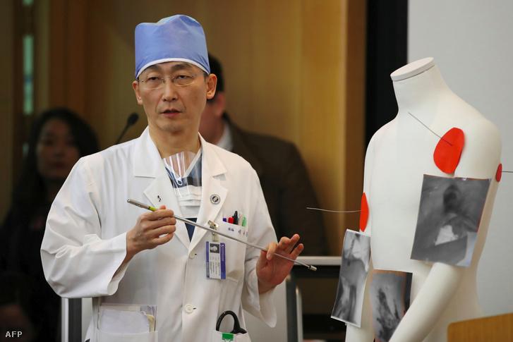 Lee Cook-Jong egy bábun mutatja az észak-koreai katona sérüléseit
