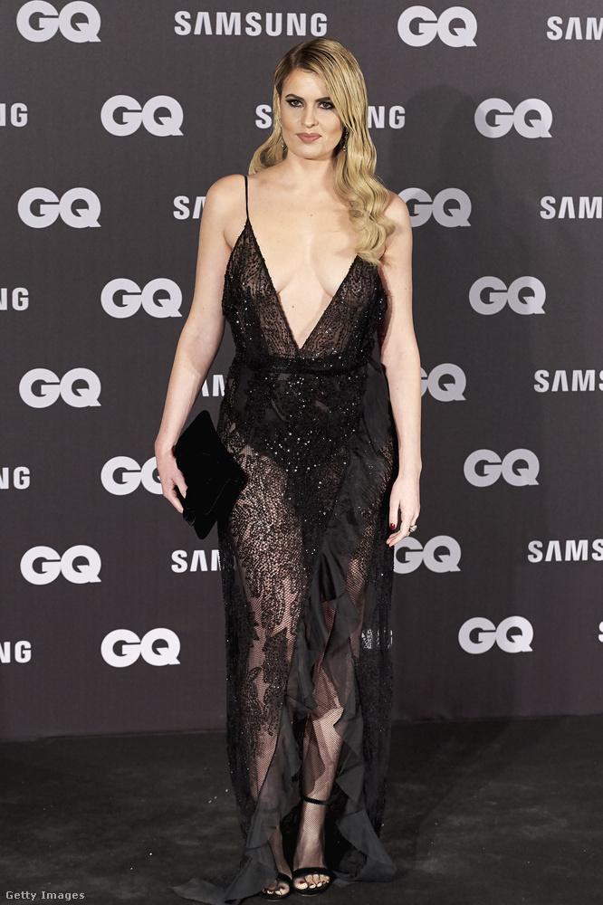 Ez a szegény nő a GQ magazin spanyolországi, az év férfiját díjazó eseményén szentül meg volt róla győződve, hogy a ruhája továbbra is így áll.De nem így állt.